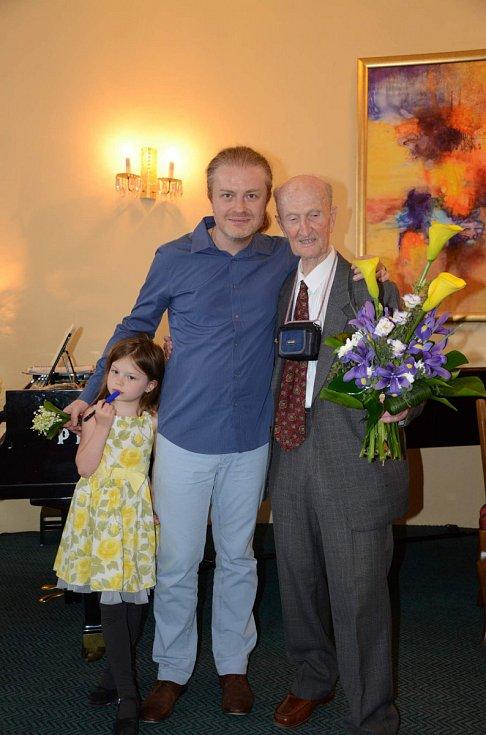Ladislav Havel, jihočeská legenda, která naučila hrát na housle stovky žáků včetně Pavla Šporcla, slavil 22. května 90. narozeniny. Na snímku při koncertu 16. května 2015, věnovaném jeho jubileu, s Pavlem Šporclem.
