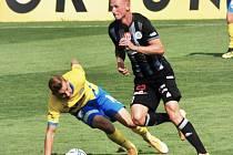 Fotbalisté Dynama po prohře s Baníkem (na snímku Ondřej Mihálik obchází Roberta Jukla) se v dalším kole i. ligy v sobotu střetnou v Olomouci se Sigmou.