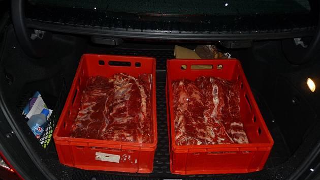 Při kontrole auta odhalili příslušníci hlídky mobilního dohledu Celního úřadu pro Jihočeský kraj 33 kilogramů potencionálně nebezpečného hovězího masa.
