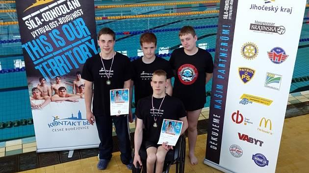 Úspěšní plavci Kontaktu bB. Zleva stojí Adam Šimonek, Tomáš Jelínek a Martin Pitra. Před nimi sedí Ivan Nestával.