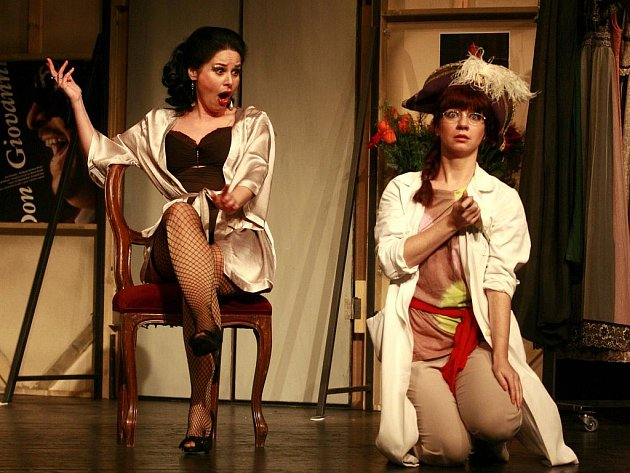 Jednou z možností, jak by mohlo Jihočeské divadlo ušetřit, je zrušení operního souboru. Na snímku Eva Štruplová a Michaela Korychová v představení Don Pasquale.