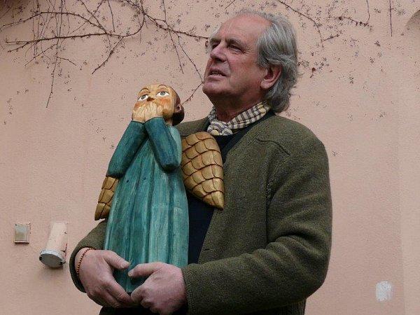 Petr Porcal, historik umění (1944 - 2014). Na snímku se sochou Tomáše Štolby.