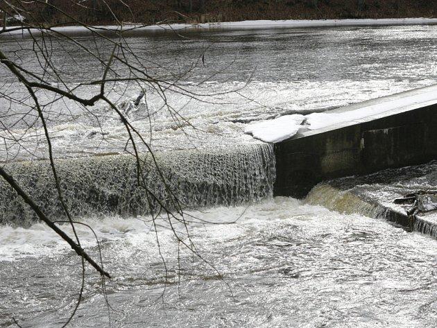 Obavy některých lidí, že současné teplejší počasí spolu s množstvím sněhu přinese nějaké povodně, mírní odborníci. Podle vodohospodářů a meteorologů žádné rozlévání řek rozhodně nehrozí. Náš snímek je z Boršova nad Vltavou.