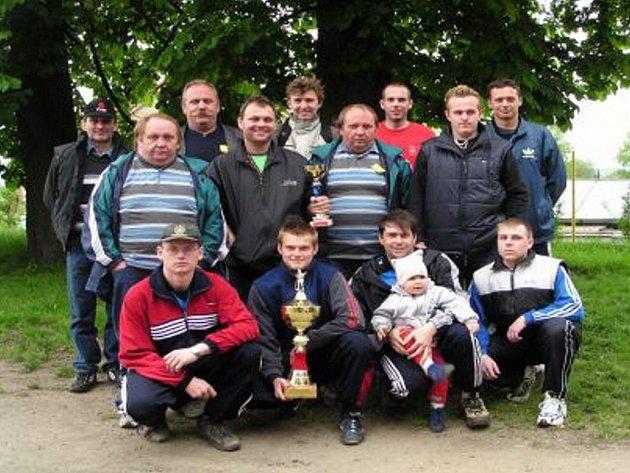 SDH Rudolfov má dnes spolu s dětmi přes devadesát členů. Soutěží se zúčastňují družstva žáků a mužů. Na snímku jsou zachyceni vítězové hasičské soutěže v Ledenicích v roce 2004.