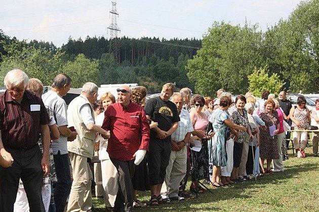 Setkání rodáků v roce 2013 při příležitosti svěcení kapličky.