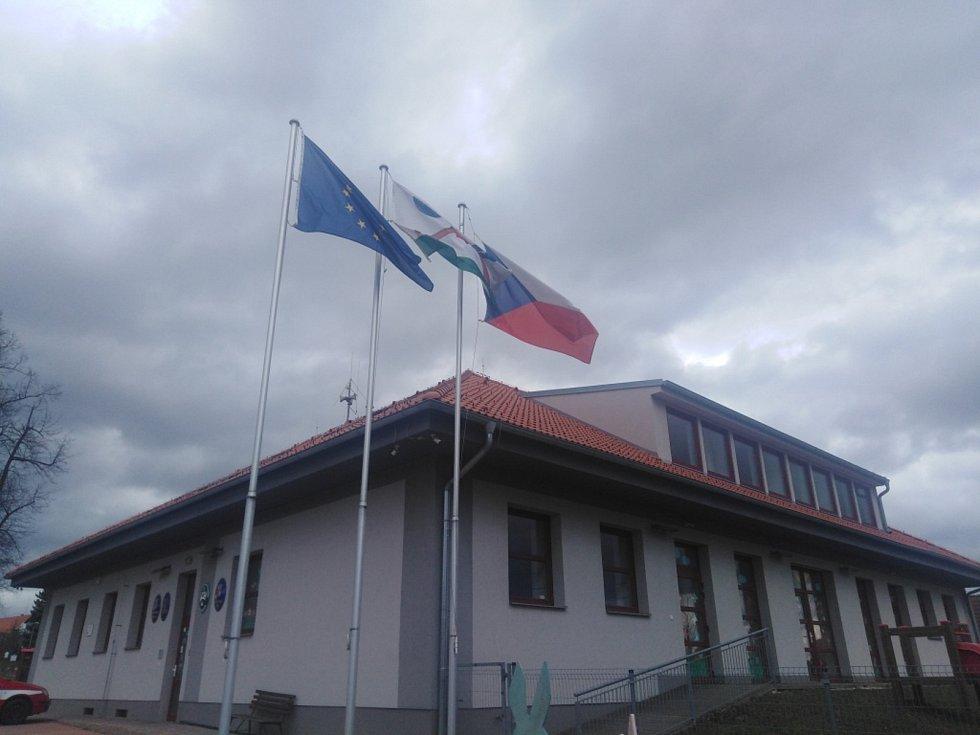 Přicházející studenou frontu ohlásil silný vítr. Vlajky ve Strážkovicích.