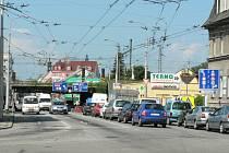 Stovky pomalu popojíždějících aut, ucpané křižovatky a nervózní řidiči. To je skoro každodenní obrázek z okolí viaduktu na Rudolfovské třídě v Českých Budějovicích. A motoristé budou do budoucna muset počítat s daleko většími potížemi.