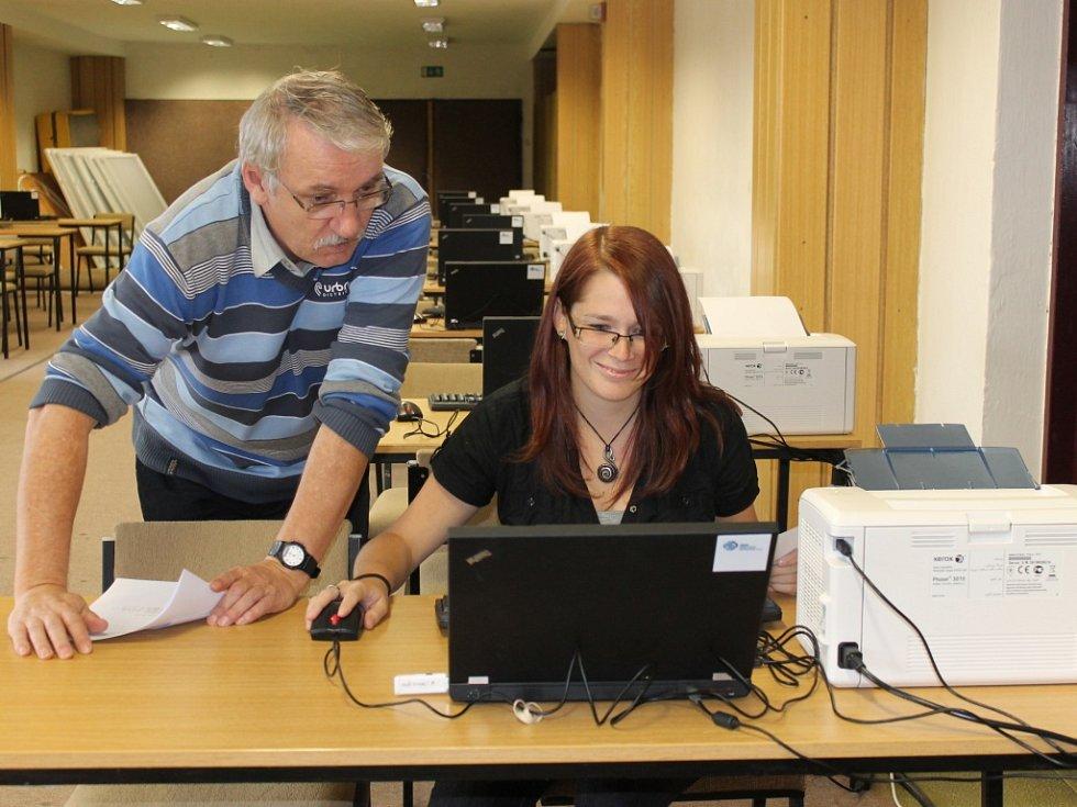 Počítače ve sčítacím středisku, které našlo zázemí v českobudějovické sportovní hale, v pátek připravovali Radka Pelikánová a Jiří Kotek z Českého statistického úřadu.
