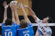 Univerzál českobudějovického Jihostroje Radek Motys (vpravo) útočí proti dvojbloku Cunea v prvním kole Ligy mistrů.