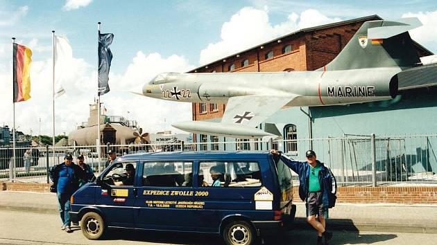 Tým Expedice Zwolle 2000 před námořním muzeem v německém Wilhelmshavenu a letoun F 104 Starfighter, tzv. létající rakev.