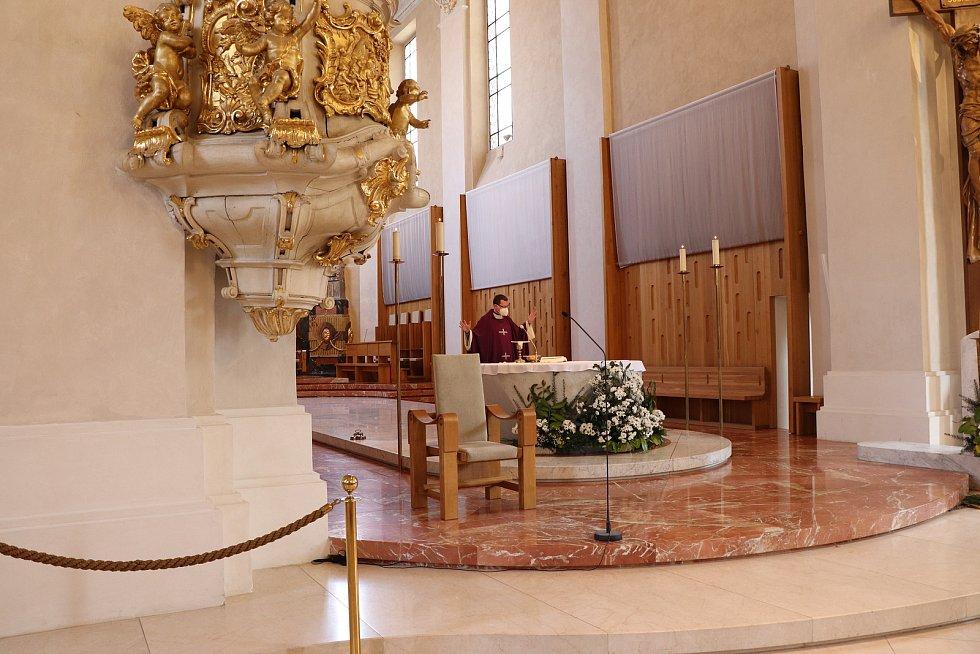Zádušní mše za zemřelého bezdomovce v českobudějovické katedrále svatého Mikuláše proběhla ve středu v podvečer, celebroval kaplan katedrály Miroslav Štrunc.
