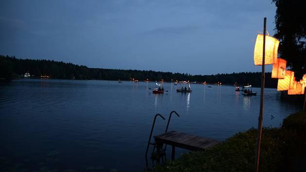 Benátská noc u rybníku v kempu Mydlák.