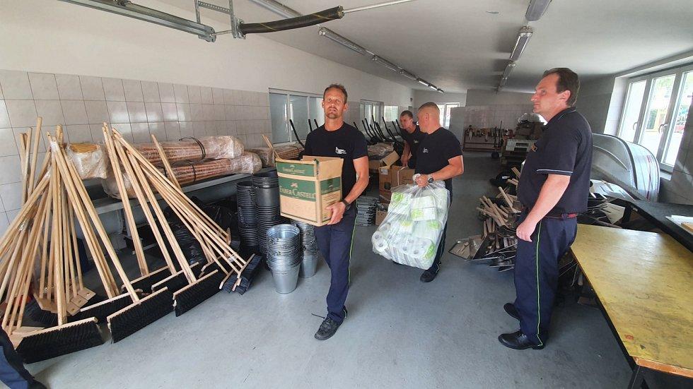 Dvacet jihočeských hasičů již celý den pomáhá v Lužici a Mikulčicích odstraňovat následky tornáda. Mezitím bylo připraveny a naloženy další auta materiálem a v 17. hodin vyrazilo na jih Moravy dalších osm hasičů.