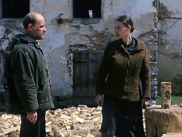 Mezi Christianem Redlem a Lenkou Vlasákovou to vře. Dvojice si zpočátku vůbec nerozumí. Mj. ikvůli jazyku.