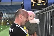 Ivo Táborský s dcerkou po zápase Dynama s Opavou (2:1), kdy dal oba góly vítězů.