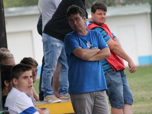 Trenér Pavel Kohout. V bílém hrající Dolní Bukovsko doma se Suchdolem (2:2) zachraňovalo bod gólem Jiřího Kliky v 89. minutě, kdy hrálo bez dvou vyloučených.