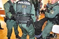 U soudu s aktivisty zasahovala policie.