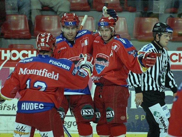 Josef Melichar (uprostřed) se raduje z druhého gólu hokejistů HC Mountfield do plzeňské sítě spolu s Michalem Hudcem a úspěšným střelcem Kamilem Brabencem.