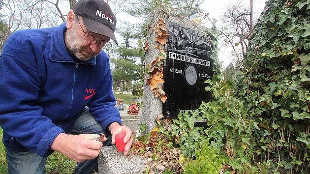 Zapálit svíčku na hrob před Velikonočními svátky šel i Josef Honner z Nemanic
