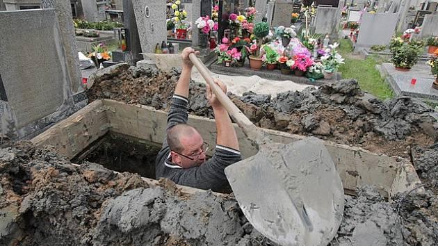 Práce hrobníků na hřbitově svaté Otýlie v Českých Budějovicích.
