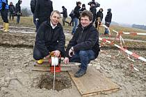Geolog Wimmer a starosta Neuhofenu u vrtu.