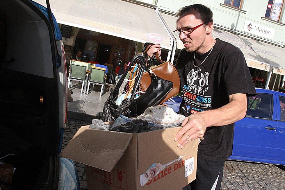 Přípravy třetího ročníku Kabelkového veletrhu vrcholí. V úterý tým Deníku a Městské charity České Budějovice navezl do IGY Centra na pět tisíc kabelek, stovky šátků a dětských knih.