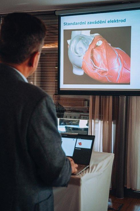 Novinku pro pacienty s poruchami srdečního rytmu představil vedoucí lékař arytmologie a kardiostimulace profesor Alan Bulava. Foto: archiv Nemocnice České Budějovice