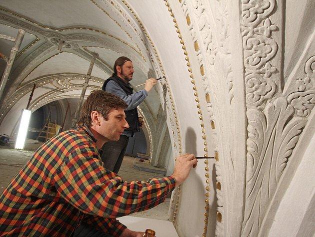 Restaurátoři v katedrále v Českých Budějovicích.