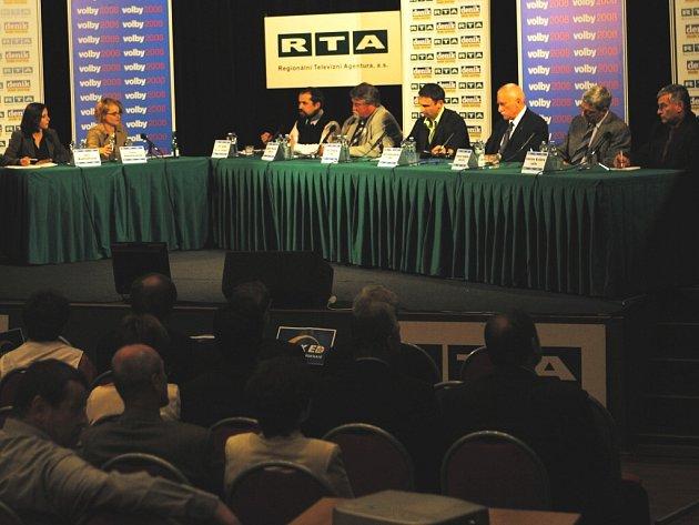 Nejen diváci v sále byli svědky úterní předvolební diskuse kandidátů do krajského zastupitelstva.