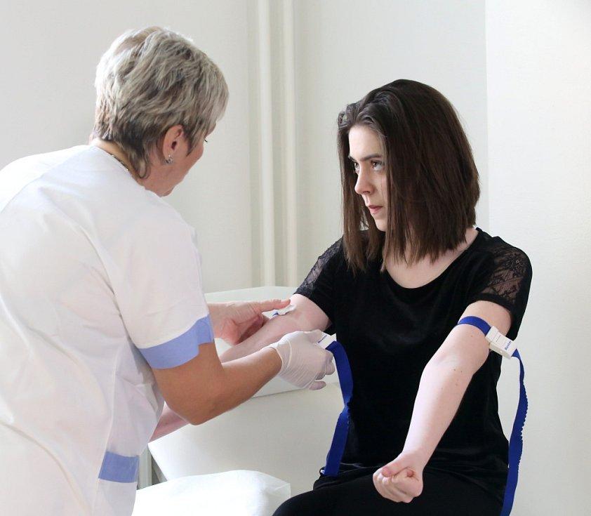 Studenti nejprve odevzdávají krev, až pak se baví majálesem