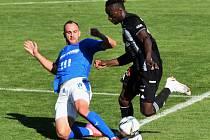 Fortune Bassey v zápasy Dynama s Baníkem snížil na 1:2, z vítězství se ale radovali hosté. Na snímku Bassey obchází Lischku.