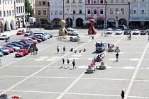 Na snímku se připravuje Člověče nezlob se Michala Trpáka. Lidé kreslí křídou políčka.