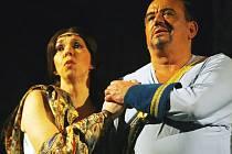 Jihočeské divadlo uvede ve středu v Táboře a ve čtvrtek v Českých Budějovicích operu Otello s hosty z Pasova. Na snímku Frédérique Friess jako Desdemona a Oscar Imhoff v roli Otella.