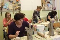 Keramická hlína byla jen jedním z řady materiálů, se kterými účastnice kurzu  pracovaly.