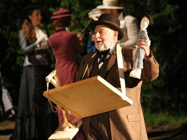 Jihočeské divadlo zahájilo sezonu před otáčivým hledištěm. První premiérou je detektivní komedie Pes baskervillský, Sherlocka Holmese hraje Karel Roden. Na snímku Josef Průdek jako Frankland.