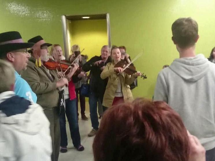 Poté, co letoun ČSA mířící do Prahy v noci na pondělí nouzově přistál v Amsterdamu, uspořádali členové jihočeského folklórního souboru Písečan, kteří v Airbusu cestovali, přímo na letišti improvizovaný koncert.