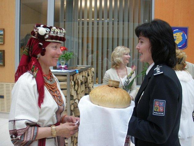 Malířka Halyna Pouzarová s ředitelkou cizinecké policie Ivanou Zelenákovou.