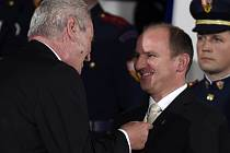 Medaili Za zásluhy přebíral z rukou prezidenta při středečním slavnostním ceremoniálu i Jiří Mánek, bývalý ředitel Správy NP a CHKO Šumava.