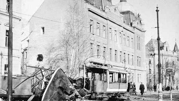 Okresní dům a zdemolovaná tramvaj po náletu v roce 1945.