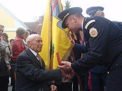 Setkání rodáků a přátel obce v Horních Kněžekladech. Nejstarší obyvatel Josef Vach přebírá medaili za založení hasičského sboru.