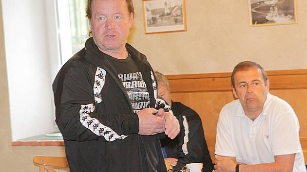 Trenér Petr Rosol udílí pokyny na soustředění na Lipně.