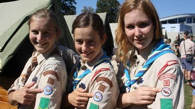 Skautská pouť 2013 v Českých Budějovicích.Šárka Bohoňková, její sestra Lucie a Anežka Lhotová (zleva) se hrdě hlásily ke svému 16. oddílu Pěnkavy, jehož znak mají vyšitý na stejnokroji.