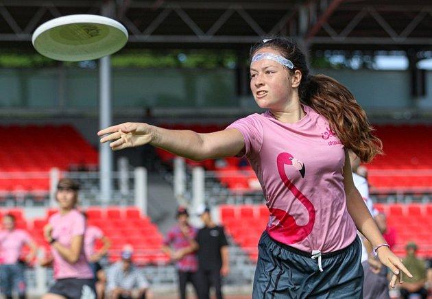 VČeských Budějovicích se 11.a 12.září uskuteční mistrovství republiky ve frisbee, hře slétajícím talířem (diskem). Na snímku nedávný Princess Cup pořádaný budějovickým týmem 3SB. Foto: archiv 3SB