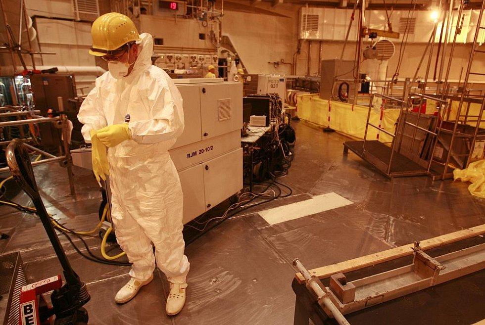 V této obří místnosti je za běžného provozu relativně prázdno. Právě tady má své místo atomový reaktor. Nyní je odstavený a rozebraný na části.