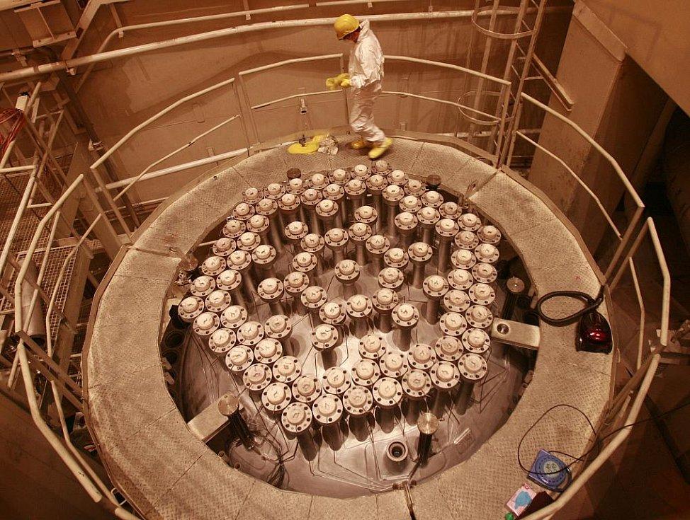 Pohled do útrob reaktoru. Od okolního prostředí jej izoluje šest metrů vysoký vodní sloupec.
