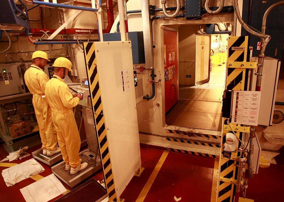 Hned za dveřmi do reaktorového sálu absolvují při odchodu zaměstnanci dozimetrickou kontrolu. Přístroje na snímku zjišťují, zda neodnáší kontaminaci na rukou či podrážkách bot. Bez kontrol bezpečnostní systém nikoho nepustí dál.