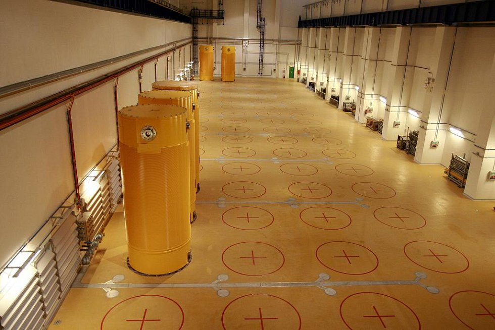 První kontejnery ve skladu použitého paliva. Ty plné jsou nepřetržitě pod přísným dohledem.