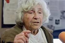 Výstava Smrt pravých neštovic na Jihočeské univerzitě. Eva Aldová, jedna z významných postav světové mikrobiologie druhé poloviny 20. století, která se podílela na likvidaci tyfu v Terezíně i pozdější epidemie v jižních Čechách.