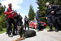 Na Stožci cvičili policisté, hasiči, záchranáři a stržáci Šumavy spolupráci při záchraně neukázněných cyklistů