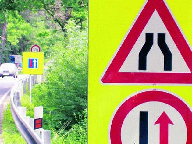 ¨Značky před mostem přes Malši nedaleko Římova si poněkud protiřečí. Naštěstí pro zmatené řidiče je úsek, kde upravují provoz,  dostatečně přehledný.